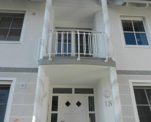 Hauseingang mit Marmorimitation an den Säulen